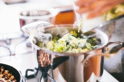 Оригинальный салат с брюссельской капустой, беконом и грушами