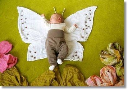 Картинки создаются Адель с помощью подручных средств, которые, словно пестрая мозаика, заполняют пространство вокруг главного персонажа - маленькой Милы. В ход идут полотенца, колготки, игрушки, куски тканей, памперсы и пр.