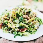 Салат из брюссельской капусты с беконом и грушами (фото)